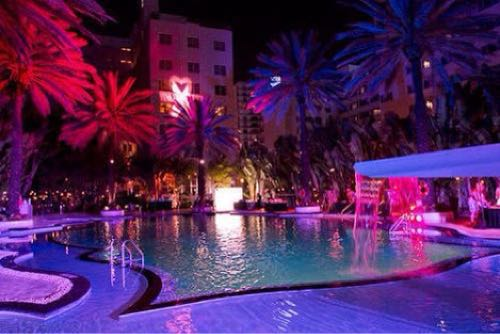 夏に都内でオススメする高級ホテルのナイトプール5つ